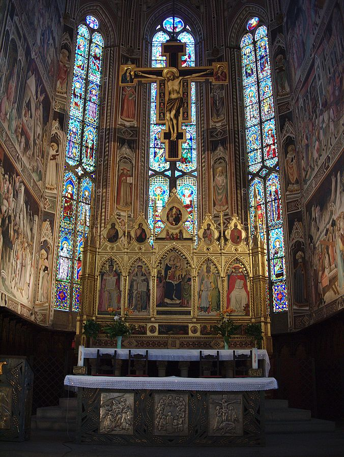 Basilica_di_Santa_Croce_altar_and_crucifix