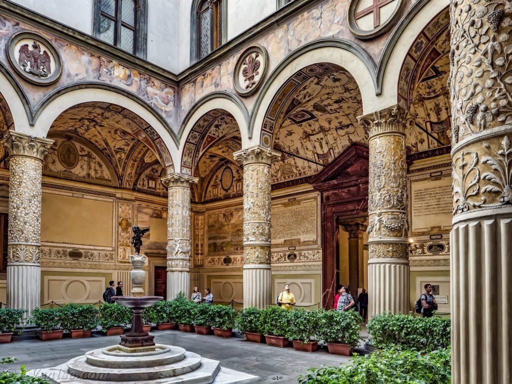 palazzo-vecchio-cortile-michelozzo-fontana-andrea-del-verrocchio-putto-col-delfino-florence-italie-03