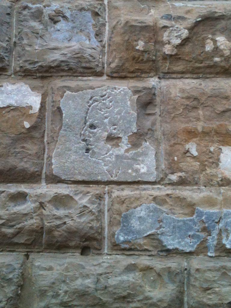 Il_volto_scolpito_sul_muro_di_Palazzo_Vecchio,_Firenze
